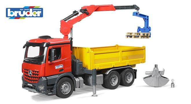 Bruder MB Arcos bouwvrachtwagen met kraan grijper palletvorken en 2 pallets 1:16